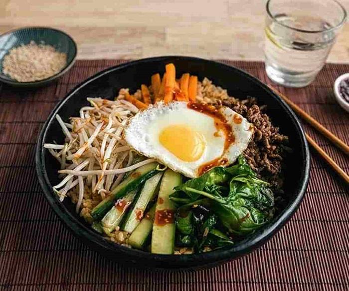 Cơm trộn Hàn Quốc với nguyên liệu chính là cơm kết hợp cùng thịt và các loại rau củ